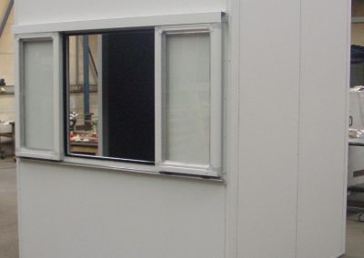 Schallschutz Ral gepulvert mit Schiebefenster zur Beschickung von Bauteilen